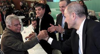 felipe-gonzalez-y-chaves-en-un-congreso-extraordinario-del-psoe-a-de-2010-efe