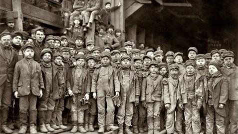 Ninos-trabajadores-de-una-fabrica-en-la-Inglaterra-victoriana
